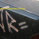 """Vândalos! Que carro foi """"motivo"""" da, digamos, """"arte""""? Nissan Maxima"""